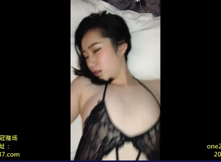 the Chinese girl groaned bitterly in bed