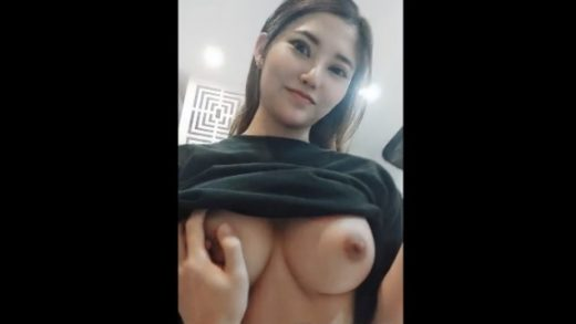Vietnam's top famous hot goddess in the chest D-cup
